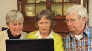 seniorit tietokoneluokassa