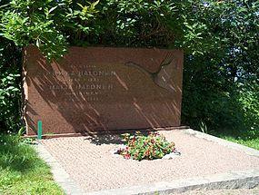 285px-Grave_of_Pekka_Halonen_H2905_Halosten_hauta_C