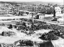 Lapin sota Rovaniemi sodan jälkeen Pekankadun ja Rovakadun risteyksessä säästynyt Valtosen talo. sodan tuhot, tuhottua Rovaniemeä