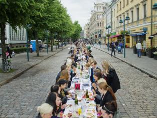 illallinentaivaanalla_poyta_kuvalaurirotko