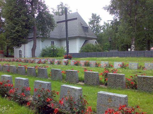 800px-Anjalan_kirkon_sankarihaudat_200907